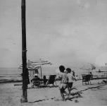 due bambini corrono sulla spiaggia