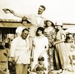 1922 a Torre del Lago.  Da sinistra: 1° Ferruccio, ultima la moglie Emma Muller, in basso il figlio Antonio